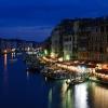 Нощна снимка на Големия канал от моста Риалто