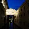 Нощна снимка на Моста на въздишките