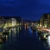 Нощна снимка на Гранд канал от моста Риалто