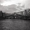 Ч/Б снимка от филмовия ми апарат на гондола под моста Риалто
